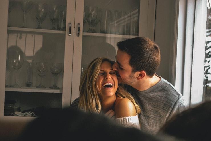 poljub moški ženska nasmeh